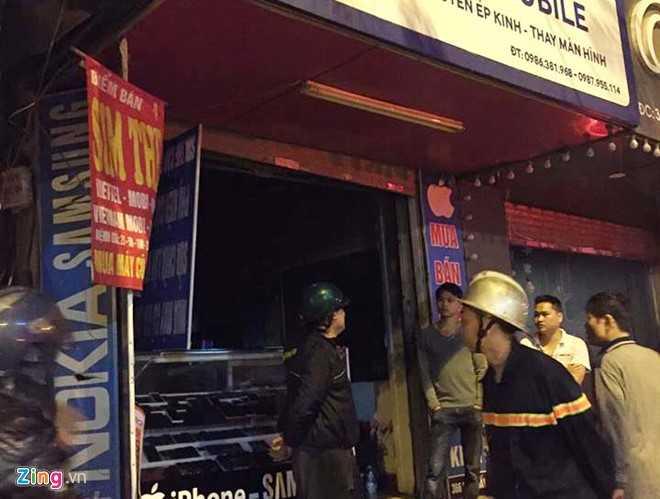 Lực lượng chức năng phong tỏa hiện trường vụ cháy cửa hàng điện thoại di động sau khi dập tắt ngọn lửa. Ảnh: Hoàn Nguyễn