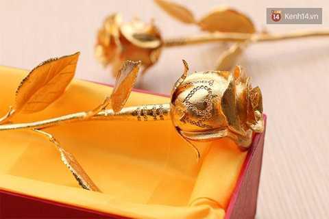 Chữ i love you được tạo thành từ 83 kim cương tự nhiên được đính ngay trên cánh hoa đúc vàng. Ảnh Kênh 14