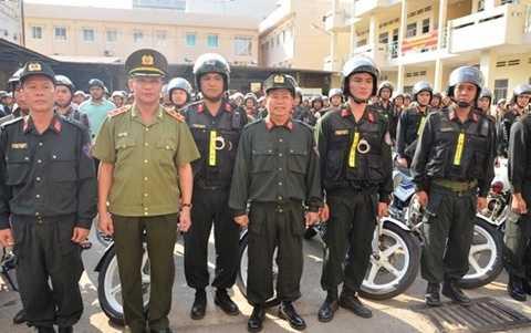 Trung tướng Lê Đông Phong (thứ hai từ trái sang) phát lệnh Công an TP.HCM tổng lực ra quân trấn áp tội phạm