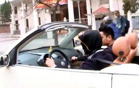 Cư dân mạng xôn xao vì một thanh niên trùm kín mặt lái xe mui trần. Ảnh cắt từ clip