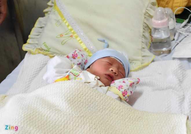 Bé trai chào đời trên máy bay nặng 2,7 kg. Ảnh: Đoàn Nguyên.