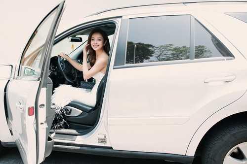 Jennifer Phạm tự lái xe đến địa điểm event trong chiếc váy dạ hội trắng lộng lẫy của nhà thiết kế việt kiều Kate Chau Phạm thiết kế riêng cho cô ,