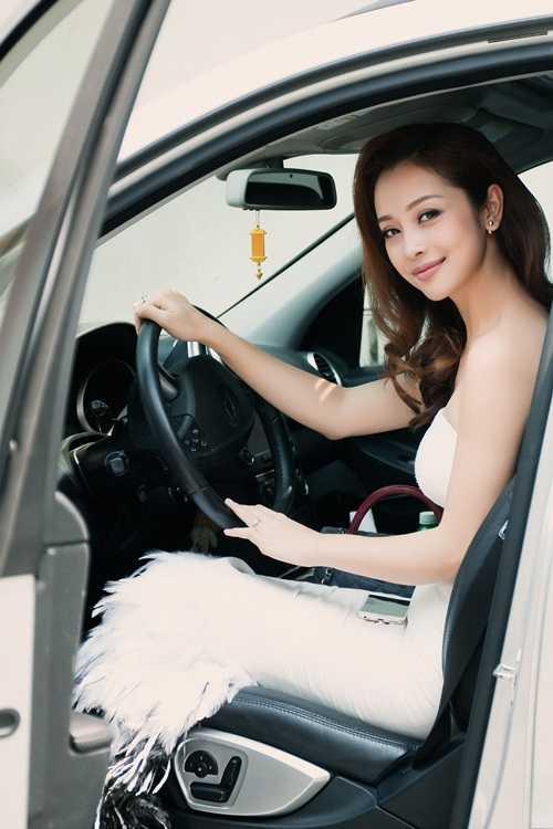 Dạo gần đây Jennifer Phạm thường xuất hiện nổi bật và khác lạ, đẹp và sang trọng hơn.