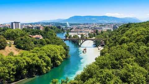 Thành phố Gevena chia cách bởi dòng sông Rhone. Ảnh: BBC