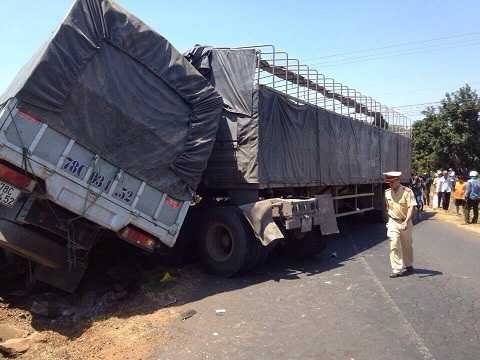 Lực lượng CSGT kiểm tra hiện trường tai nạn - Ảnh:Thanh Hải