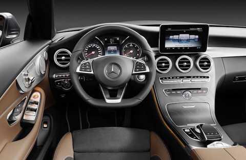 Nội thất của C-Class Convertible dựa   trên cơ sở chiếc C-Class Coupe trước đây, chính vì vậy nó sử dụng các   chất liệu sang trọng hơn một chút so với bản sedan.
