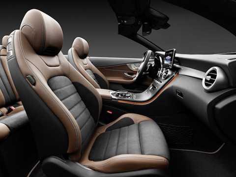 Giống như những chiếc Mercedes-Benz   mui trần khác, C-Clss Convertible cũng được trang bị ghế da cách nhiệt   với 5 tùy chọn tông màu và hệ thống sưởi ấm cổ AIRSCARF để chống lạnh   khi bỏ mui.