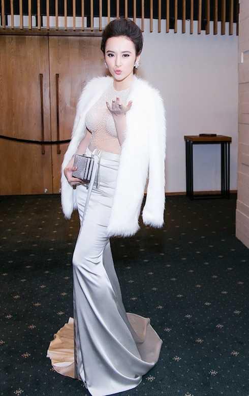 Angela Phương Trinh là một trong những nghệ sỹ theo đuổi phong cách sexy và táo bạo trong cách ăn mặc hằng ngày lẫn đi sự kiện.