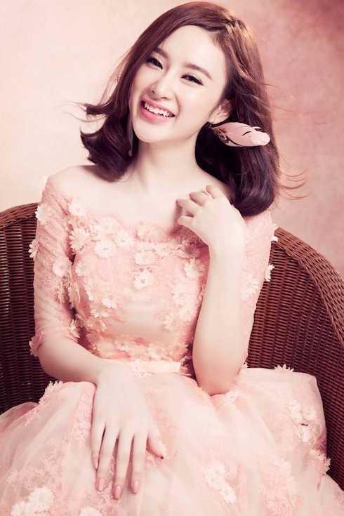 Vẻ đẹp mong manh của 'tiểu thư' Angela Phương Trinh.