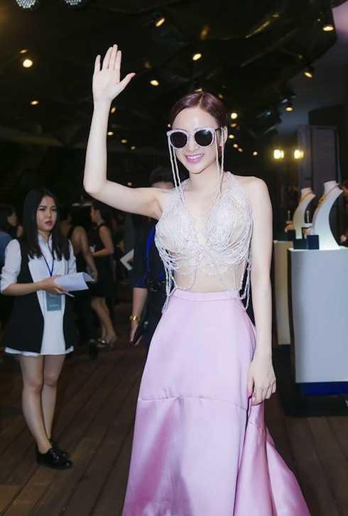 Angela Phương Trinh được gọi là tắc kè hoa vì cách phục trang 'mát mẻ' nhưng không kém phần táo bạo, khác người.