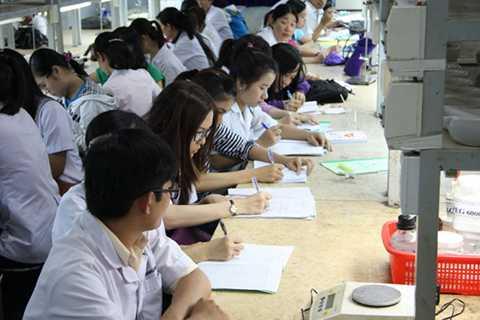 Sinh viên CĐ dược Trường ĐH Nguyễn Tất Thành trong giờ học tại phòng thí nghiệm. Ảnh: Trần Huỳnh