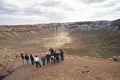 Du khách bên miệng hố Barringer do thiên thạch va chạm với Trái đất tạo ra.