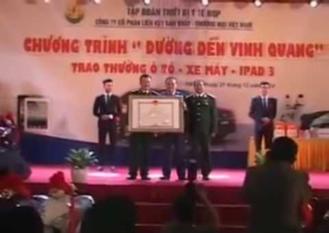 Hình ảnh ông Nguyễn Văn Quyền trao Bằng khen cho Công ty CP Tập đoàn Thiết bị Y tế BQP. Ảnh cắt từ clip