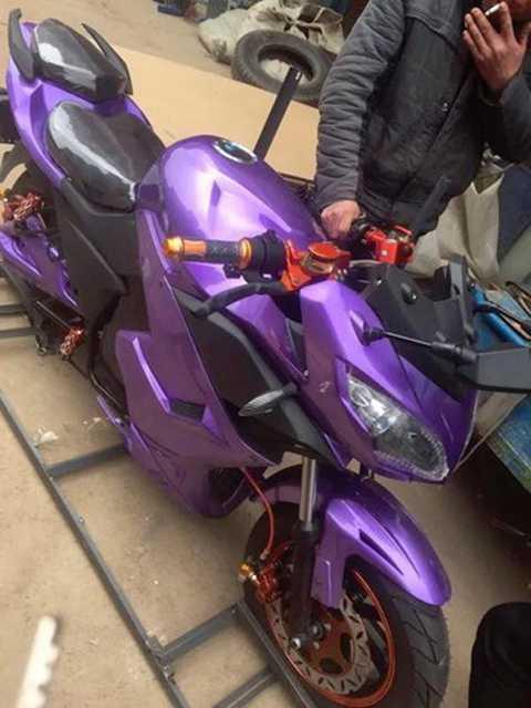 Trong đó, những hình ảnh về một mẫu môtô điện kiểu dáng sportbike đã được chia sẻ khá nhiều trên Facebook những ngày qua và khiến các bạn trẻ hào hứng quan tâm do có kiểu dáng đẹp và không cần bằng lái.