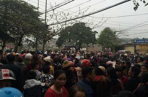 Hàng trăm người xuống đường và vây trụ sở cơ quan chức năng