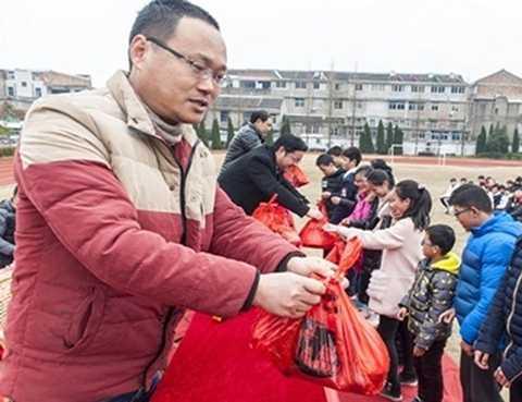 Trường học ở Trung Quốc thưởng cho học sinh bằng thịt lợn