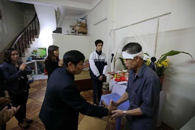 Ban giám hiệu nhà trường đến thăm và chia sẻ sau nỗi mất mát cùng gia đình Dương. Ảnh: T.N.