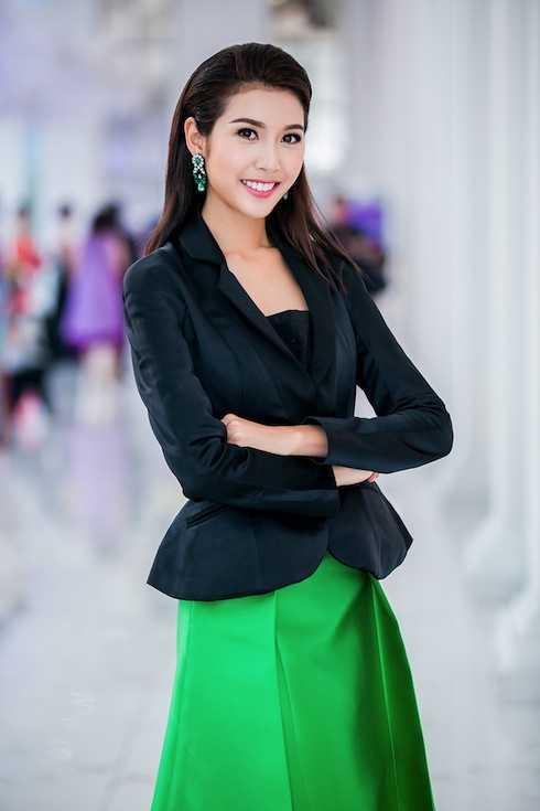 Á hậu Quốc tế Thuý Vân thay một trang phục lịch sự cho buổi toạ đàm.