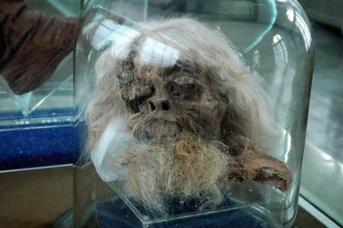 """Xác ướp đầu tiên với râu tóc dài và bạc trắng mà một số nhà nghiên cứu cho rằng giống với nguyên mẫu của """"thần rừng Satyrs""""."""