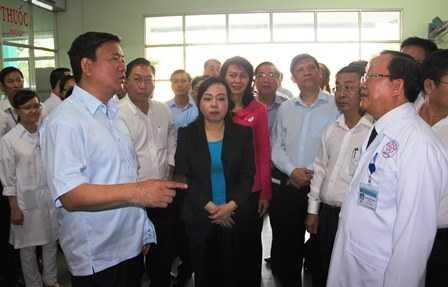 Bí thư Thành ủy TP HCM Đinh La Thăng cùng Bộ trưởng Bộ Y tế Nguyễn Thị Kim Tiến thăm bệnh viện quận Bình Tân. Ảnh: Phan Tư