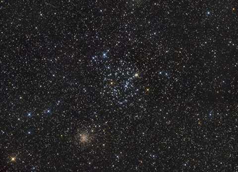 2 cụm sao song sinh này đều cách Trái đất chúng ta 11.000 năm ánh sáng.