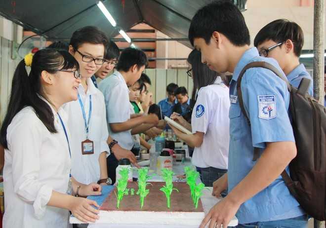 Thí sinh tìm hiểu thông tin về tuyển sinh tại TP HCM. Ảnh: Hoàng Bình.