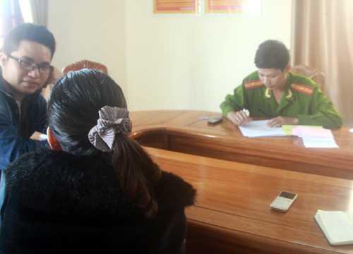 Người phụ nữ 60 tuổi làm việc với công an để xác minh số tiền đã nộp. Ảnh: T.H