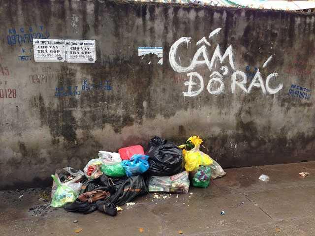 """Con ngõ nhỏ khu vực phố Nguyễn Đình Hoàn cũng có rất nhiều biển """"cấm đổ rác"""" như thế này. (Ảnh chụp tháng 1/2016)"""