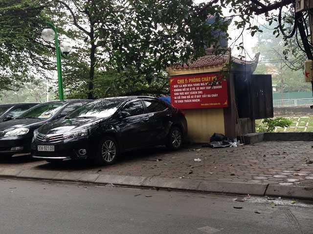 """Khu vực chuyên để đốt vàng mã tại đền Quán Đôi (Nguyễn Đình Hoàn, Cầu Giấy) đã có biển ghi """"cấm đỗ xe ô tô, xe máy quanh khu vực này (cách 3m) tuy nhiên chủ những chiếc xe này vẫn thản nhiên coi thường. (Ảnh chụp tháng 1/2016)"""