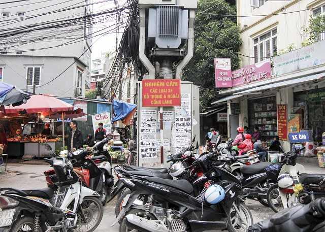 Mặc dù cấm đỗ xe song tình trạng kín đặc xe máy như này vẫn diễn ra suốt cả ngày (Ảnh chụp hồi tháng 1/2016 tại phố Trần Thái Tông, Cầu Giấy).