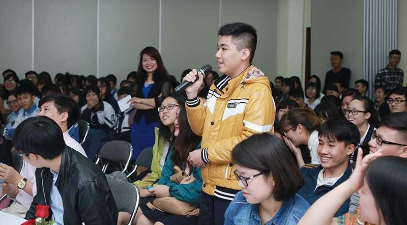 Các bạn học sinh phổ thông hào hứng tham dự chương trình