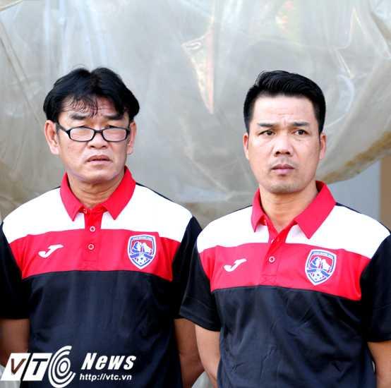 GĐKT Phan Thanh Hùng và HLV trưởng Phạm Như Thuần của Than Quảng Ninh (ảnh: Hoàng Tùng)