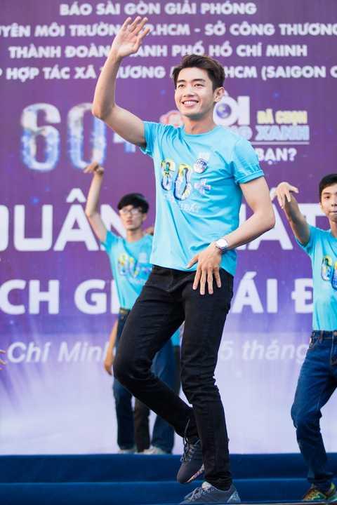 Mở đầu buổi lễ, Quang Đăng cùng các bạn sinh viên nhảy flashmob trên nền nhạc ca khúc