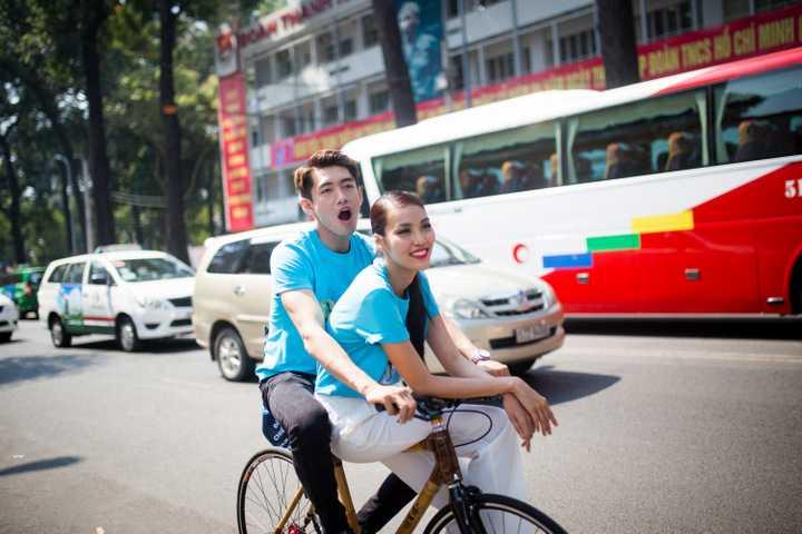 Sau buổi lễ ra quân, Quang Đăng cùng Lan Khuê và hàng trăm chiến sĩ trẻ đạp xe quanh các tuyến đường của trung tâm thành phố.