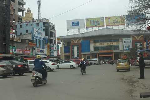 Hình ảnh xe ô tô đỗ hàng dài giữa đường Cao Thắng ngay trước cổng chợ Vinh