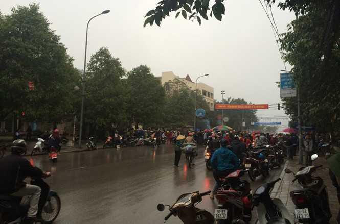 Người dân tập trung tại trụ sở UBND thị xã Sầm Sơn sau khi xảy ra vụ nổ súng tại nhà bà Văn Thị Thắng vào chiều 5/3 - Ảnh: Hải Tần