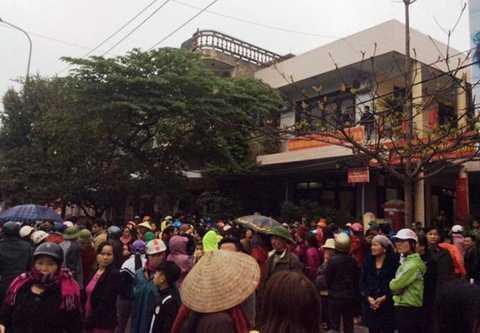 Người dân tới UBND phường Trường Sơn, thị xã Sầm Sơn để yêu cầu làm rõ nhóm thanh niên lạ mặt hành hung người dân
