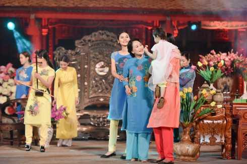 Góp mặt trong sự kiện này, NSND Như Quỳnh đã xuất hiện với vai trò người mẫu trình diễn BST của NTK Quang Huy.