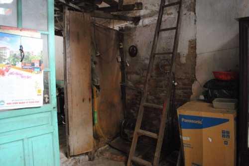Gia đình của nữ sinh Nga đã phải sống trong căn nhà xập xệ này suốt gần 30 năm qua. (Ảnh: Thanh Hùng)