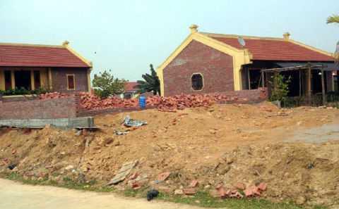 """Trong số gần 60 căn nhà """"điền viên thôn"""" ở xã Yên Bài, huyện Ba Vì, có nhiều công trình đến nay các cấp chính quyền vẫn chưa biết chủ sở hữu là ai vì việc mua bán đất không thông qua chính quyền, chưa được cấp giấy chứng nhận quyền sử dụng đất - Ảnh: Xuân Thành"""