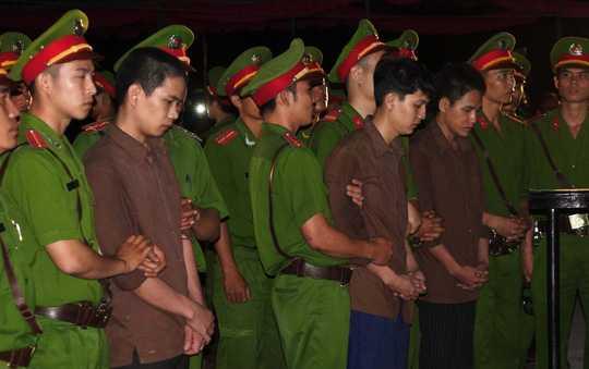 Nguyễn Hải Dương và Vũ Văn Tiến chịu hình phạt tử hình riêng Trần Đình Thoại chịu hình phạt 16 năm tù giam.