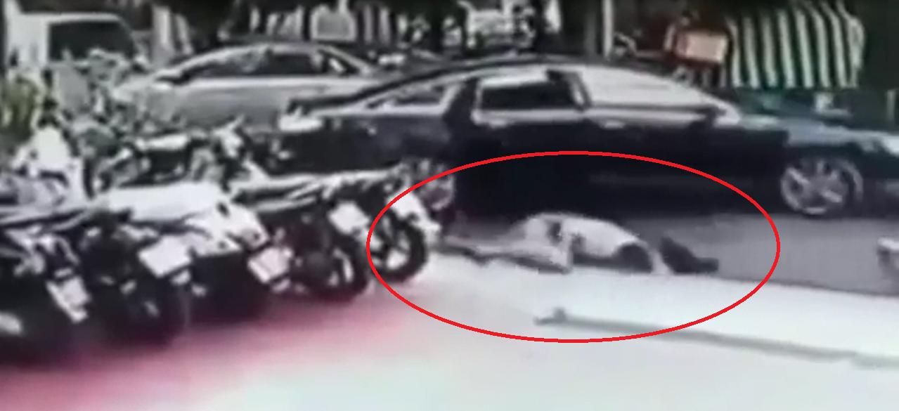 Người đàn ông ngã xuống đường vì bị cướp giật mạnh chiếc túi xách (ảnh cắt từ video)