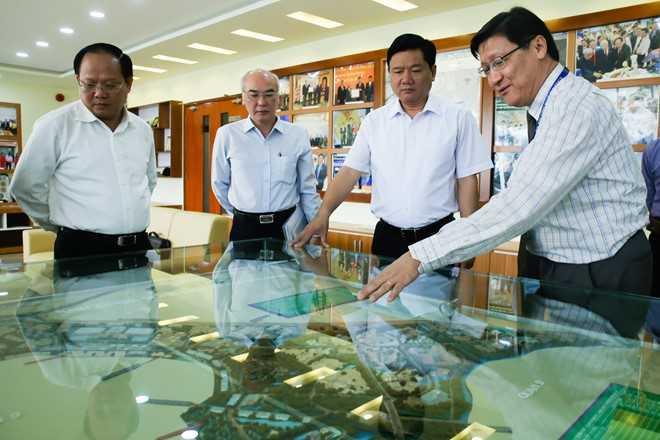 Ông Thăng thăm khu công nghệ cao TP.HCM sáng 3/3. Ảnh: Hải An.