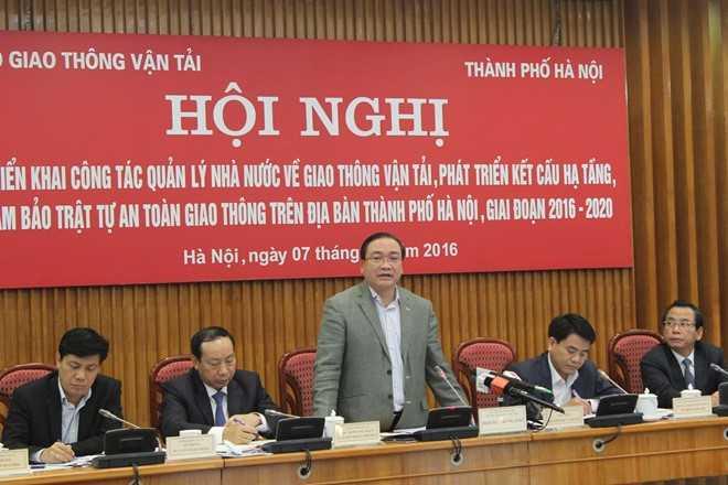 Bí thư Thành ủy Hoàng Trung Hải đề nghị Bộ   Giao thông Vận tải phối hợp cùng Hà Nội chủ động bắt tay ngay vào triển   khai kế hoạch cho quy hoạch giao thông vận tải thành phố và quy hoạch   chung vùng thủ đô . Ảnh: Công Khanh.