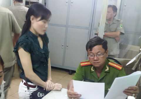 Gái mại dâm bị đưa về trụ sở Công an.