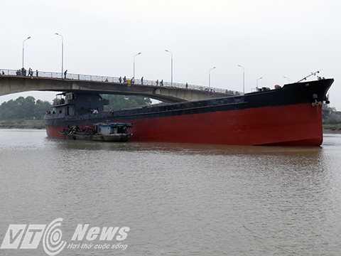 Hiện trường vụ tàu trên 3.000 tấn đâm va vào dầm cầu An Thái (Kim Thành, Hải Dương) - Ảnh MK