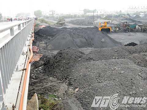 Bãi tập kết, sản xuất kinh doanh than đá chiếm dụng hành lang an toàn cầu An Thái