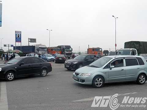 Tại ngã ba Phú Thái (giáp quốc lộ 5 vào tỉnh lộ 388 qua cầu An Thái) đã bị tạm cấm tất cả các phương tiện, kể cả xe mô tô