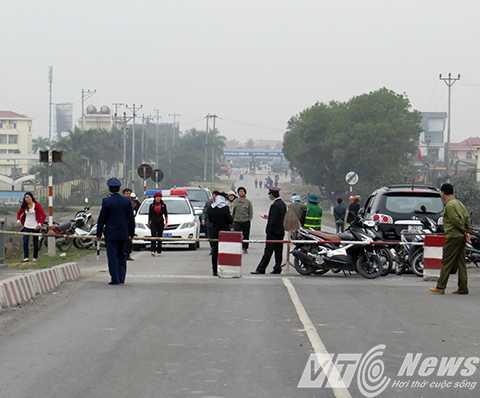 Đầu cầu phía huyện Kinh Môn cũng đã bị phong tỏa