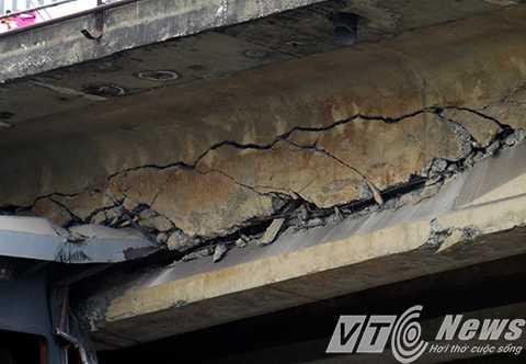 Rãnh nứt chạy dài hàng mét dọc dầm cầu